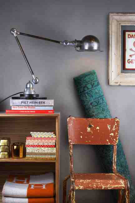 red-chair-grey-wall-433